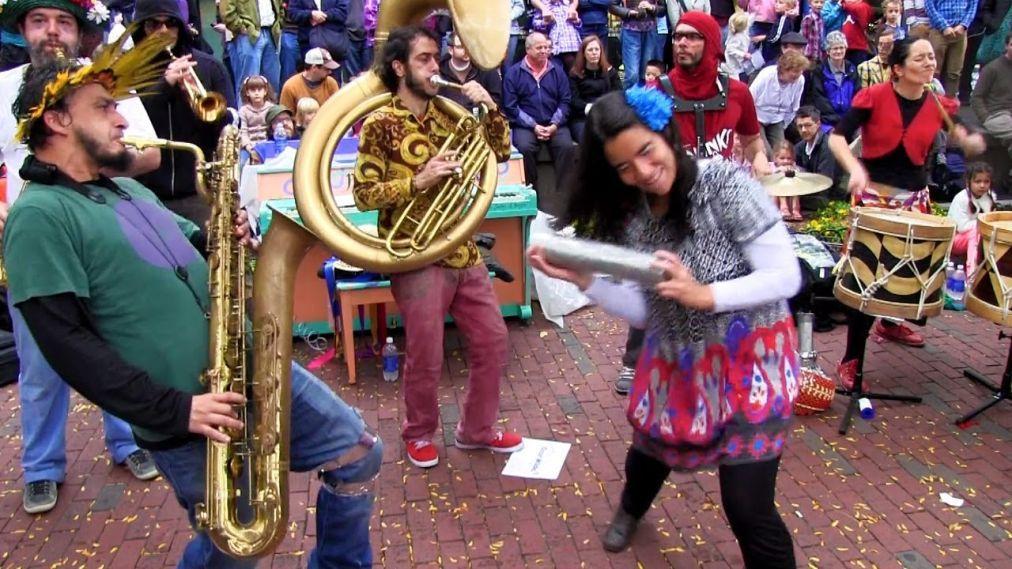 Фестиваль уличных оркестров «HonK! RiO» в Рио-де-Жанейро 4a78cd475845753597887aee7460add5.jpg