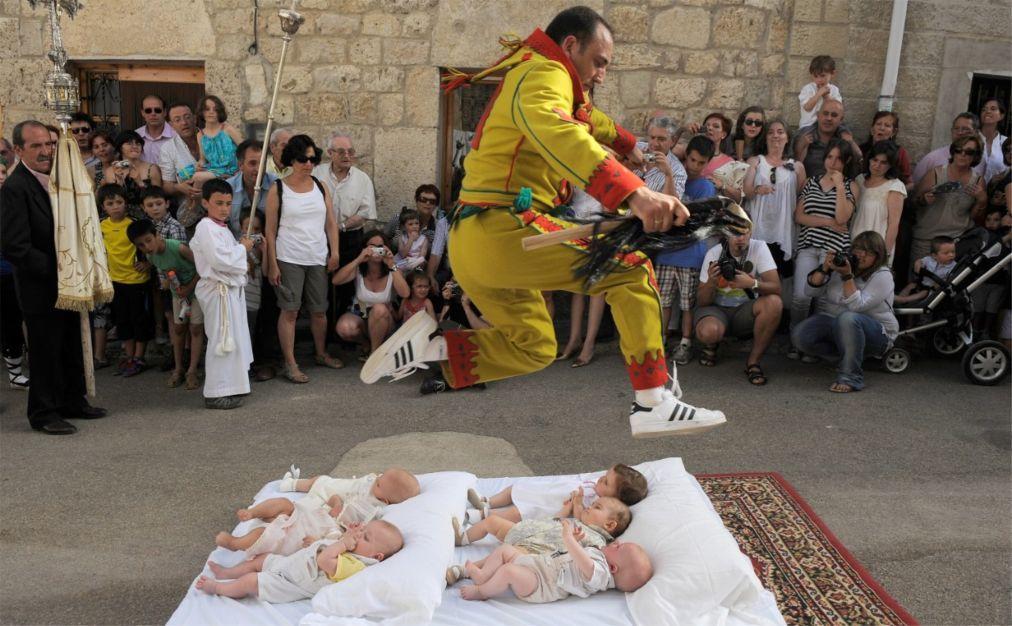 Фестиваль прыжков через младенцев «Эль Колачо» в Кастильо де Мурсии 5e289c41d9f5bbcf617a32af59bb96cd.jpg